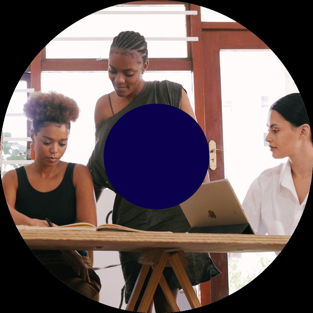Drie vrouwen werken aan hun ontwikkeling bij Yess!