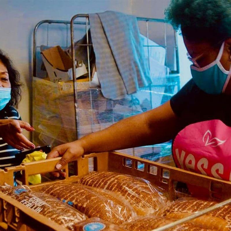 Twee vrijwilligers sorteren brood in de weggeefwinkel Yess!